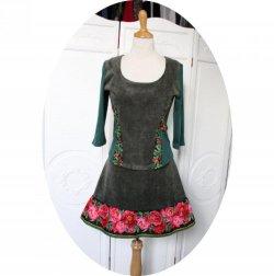 Top bustier haut noir cintré en jersey vert velours vert et motif pivoines roses à manches trois quart